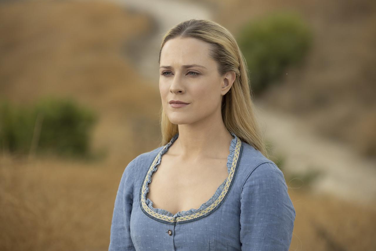 Dolores (Evan Rachel Wood) führt ein virtuelles Zwiegespräch mit Maeve. HBO