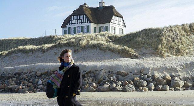 Enkelin Vivi (Svenja Jung) vor dem heimlichen Protagonisten, dem Haus.