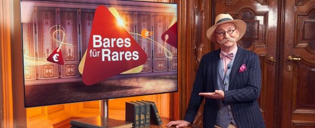 """""""Bares für Rares"""" ist für das ZDF immer noch ein Garant für Topquoten am Nachmittag – und auch die großen Abendshows laufen überragend. Mit Reichweiten zwischen fünf und sechs Millionen Zuschauern deklassierte die Trödelshow mit Horst Lichter in diesem Jahr zur Primetime die Konkurrenz. Bei den regulären Folgen am Nachmittag fiebern täglich immer noch bis zu drei Millionen Zuschauer mit. Die Sendung erfreut sich auch über die Landesgrenzen hinaus großer Beliebtheit: Im Dezember startete ServusTV """"Bares für Rares Österreich"""". ZDF/Frank Dicks"""