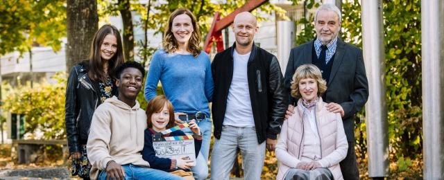 """Mit """"Das Wichtigste im Leben"""" wagte sich VOX an das Genre der Familienserie heran, die mit Jürgen Vogel und Bettina Lamprecht in den Hauptrollen auch prominent besetzt war. Kamen die ersten Folgen noch auf eine Reichweite von mehr als einer Million Zuschauer, fielen die Reichweiten der restlichen Episoden kontinuierlich. In der Zielgruppe kam die gesamte erste Staffel auf durchschnittlich 6,2 Prozent Marktanteil – eine ernüchternde Bilanz.Bild: MG RTL D/Martin Rottenkolber"""