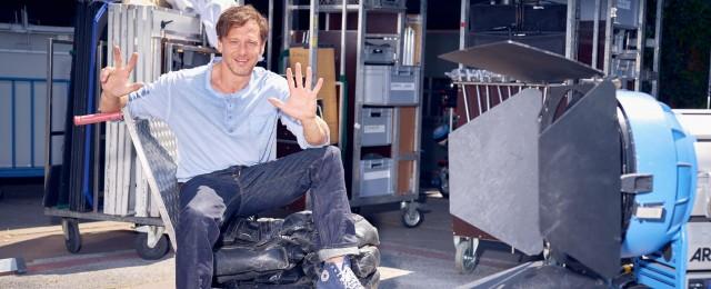 """Mit """"Der Lehrer"""" ist RTL das Kunststück gelungen, mit einer qualitativ hochwertigen Serie Zuschauer und Kritiker gleichermaßen zu überzeugen. Die Dramedy mit Hendrik Duryn ist eine der erfolgreichsten deutschen Serien überhaupt. Auch in der siebten Staffel begeisterte sie durchschnittlich rund 2,5 Millionen Zuschauer und holte 16,7 Prozent Marktanteil in der Zielgruppe. Anfang 2020 startet die achte Staffel. TVNOW/Frank Dicks"""