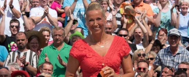 """Für viele Schlagzeilen sorgte der """"ZDF-Fernsehgarten"""" in der 33. Saison. Was dabei fast übersehen wird: Die Live-Show mit Andrea Kiewel vom Lerchenberg ist nach wie vor ein Quotenbringer, der sonntagmittags regelmäßig mehr als zwei Millionen Zuschauer erreicht. Bemerkenswert: Die spektakuläre Ausgabe mit der Gewitter-Evakuierung der Mallorcaparty war beim jungen Publikum am gefragtesten und holte 11,5 Prozent Marktanteil. ZDF"""