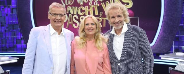 """Die XXL-Spielshow """"Denn sie wissen nicht, was passiert"""" mit den Entertainment-Titanen Günther Jauch, Thomas Gottschalk und Barbara Schöneberger wurde in der zweiten Staffel erstmals live ausgestrahlt. Dies tat der Show und den Quoten mehr als gut: Bis zu 18,7 Prozent Marktanteil in der Zielgruppe wurden erreicht. Mit interaktiven Spielrunden, in denen etwa Telefon und Internet zum Einsatz kamen, wurde der Live-Faktor sehr gut ausgenutzt. MG RTL D/Frank Hempel"""