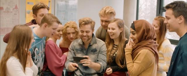 """Da RTL Zwei mit """"Krass Schule"""" zumindest halbwegs erfolgreiche Quoten in der ganz jungen Zielgruppe einfährt, testete der Münchner Sender im Sommer drei Wochen lang das ähnlich gelagerte Scripted-Reality-Format """"Krass Abschlussklasse"""". Dieses kam jedoch überhaupt nicht an und fiel mit einer durchschnittlichen Gesamtreichweite von 130.000 Zuschauern und nur 3,5 Prozent Marktanteil bei den 14- bis 49-Jährigen völlig durch.Bild: RTL Zwei/Jakob Legner"""