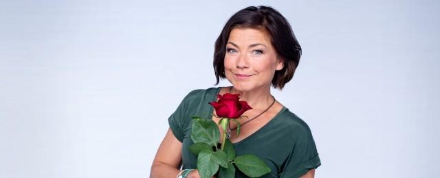 """Als """"Rote Rosen"""" im Jahr 2006 an den Start ging, hätte wohl kaum jemand gedacht, dass die ARD-Telenovela auch 13 Jahre später noch in voller Blüte stehen würde. Doch inzwischen wurde die magische 3000-Folgen-Grenze durchbrochen – und eine Fortsetzung der Geschichten aus der Hansestadt Lüneburg ist bis mindestens Ende 2021 gesichert. Claudia Schmutzler verkörpert in der 17. Staffel die Hauptfigur Astrid Richter. ARD/Thorsten Jander"""