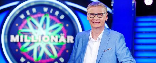 """Als am 3. September 1999 """"Wer wird Millionär?"""" an den Start ging, hätten sich wohl die Wenigsten träumen lassen, dass die Quizshow auch 20 Jahre später noch auf Sendung sein würde. In vielen anderen Ländern ist das Format längst Geschichte, doch in Deutschland erfreut es sich – vor allem dank Günther Jauch – immer noch großer Beliebtheit. Der Dauerbrenner steht auch im Jahr 2019 noch wie ein Fels in der Brandung im Programm von RTL, der nach wie vor bis zu sechs Millionen Zuschauer begeistert. TVNOW/Stefan Gregorowius"""