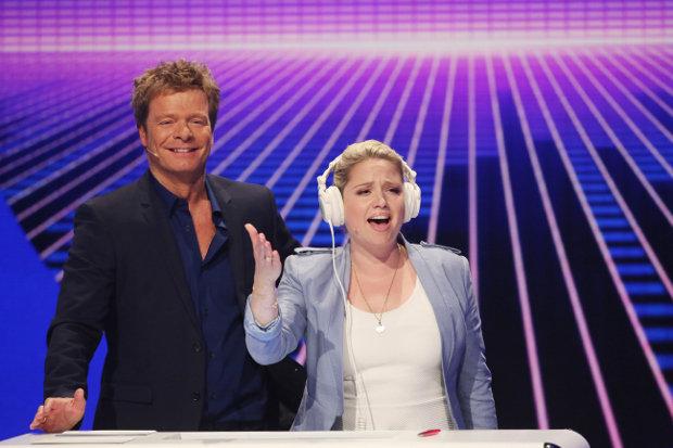Caroline Frier singt den Refrain des gesuchten Songs – die Teams müssen den richtigen Interpreten tippen. RTL/Ralf Jürgens