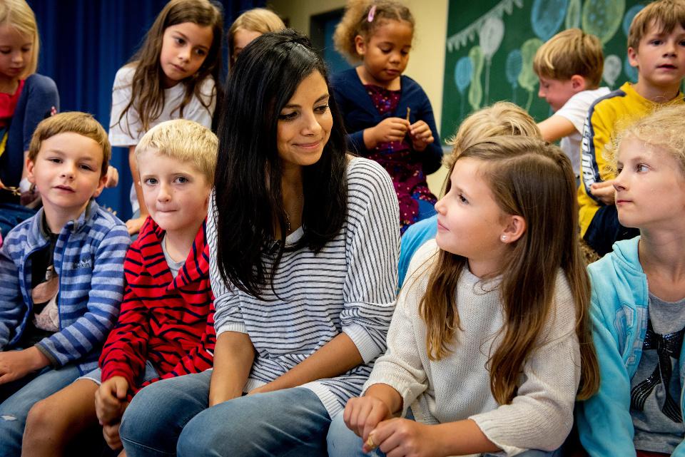 Collien Ulmen-Fernandes unterhält sich mit Kindern ZDF/Martin Rottenkolber