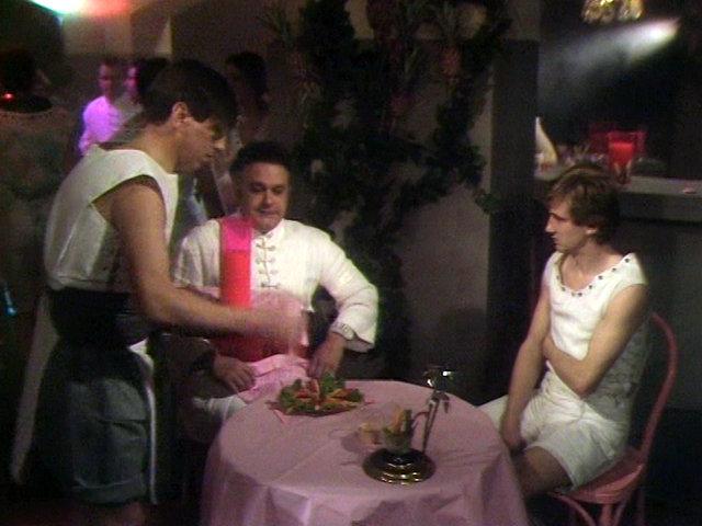 """Der Storyline in der """"goldenen Stadt"""" wird oftmals ein homoerotischer Subtext nachgesagt. Im Bild: Der junge Fritz und sein väterlicher Freund Pierre genießen einen rosafarbenen Drink im Club """"Rosa Papagei"""". Koch Media"""