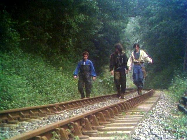 Chemin de fer: Unsere drei Helden gehen Schienen entlang, die aus ihrem Blickwinkel nur erstaunliche Relikte einer längst vergangenen Zeit darstellen. Koch Media