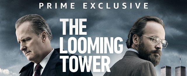 """Als sehr schlechte Idee erwies sich der Plan der Macher der US-Serie """"The Looming Tower"""", die deutsche Synchronisation gleich selbst mitzuliefern. Man griff dabei teils auf amerikanische Sprecher mit minimalen Deutschkenntnissen zurück. Der deutsche Lizenznehmer Prime Video entschied nach erbosten Zuschauerprotesten, eine neue Synchronisation anzufertigen. Prime Video"""