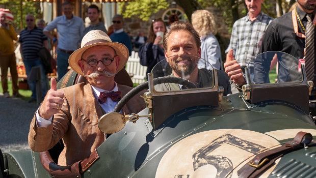 Horst Lichter und Co-Moderator Steven Gätjen im OldtimerZDF/Frank Dicks