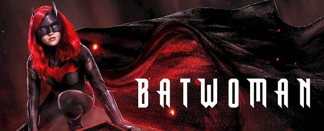 """…. und ja, auch """"Batwoman"""" muss man insgesamt als Enttäuschung und Zeitverschwendung verbuchen. Allerdings nicht aus den Gründen, aus der die Serie immer schlechtgeredet wird und die sich als """"Majestätsbeleidigung an Batman"""" zusammenfassen lassen. Vielmehr weil """"Batwoman"""" nach der ganzen Reihe an exzellenten Superhelden-Serien, die im Verlauf des Jahres 2019 erschienen sind, eben doch recht altbacken wirkt, aus der gleichen Gussform kommt wie die anderen The-CW-Superhelden-Serien. Und von denen gibt es schon mehr als genug. Bild: The CW"""