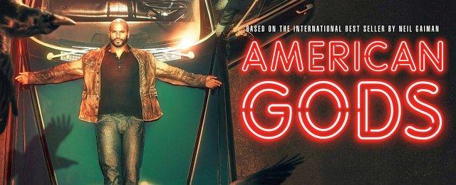 """In kleinerem Rahmen gilt das auch für """"American Gods"""" – das kleine Produktionsstudio Fremantle hatte den Coup gelandet und Fanliebling Neil Gaiman unter Vertrag genommen, der durchaus auch Spaß daran zu haben scheint, nun Fernsehserien zu gestalten. Doch hinter den Kulissen ging so ziemlich alles schief – zwei Showrunner wurden entlassen – und auch das Ergebnis ist nicht schön anzusehen, bringt aber wohl genug Geld. Die Hoffnung der Fans stirbt bekanntlich zuletzt. Doch manchmal ist ein Ende mit Schrecken doch besser als ein Schrecken ohne Ende. Bild: Prime Video"""