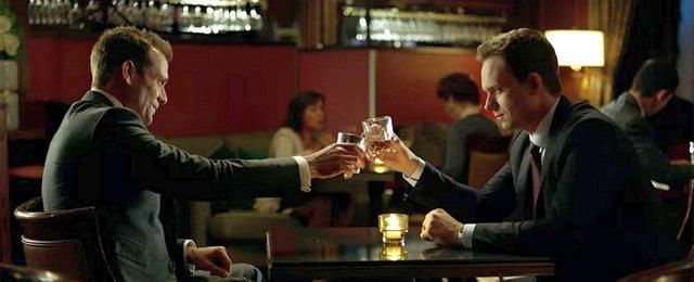 """Auch andernorts konnte man sich über gelungene Serienfinals freuen, die den Fans zu gefallen wussten. Beim USA Network ging """"Suits"""" nach neun Staffeln zu Ende, CBS gab """"Madam Secretary"""" eine sechste Staffel für ein rundes Serienende, """"Gotham"""" zeigte die Transformation der Stadt und ihrer Bewohner in fünf Staffeln, """"Veep"""", """"Silicon Valley"""" und """"Ballers"""" wurden bei HBO abgeschlossen, """"Eine Reihe betrüblicher Ereignisse"""" adaptierte bei Netflix die komplette Buchvorlage in drei Staffeln, """"Elementary"""" konnte trotz des anfänglichen Aufregers über den """"weiblichen Watson"""" für sieben Staffel unterhalten, wenigstens die Fans von """"Killjoys"""" konnten sich über ein rundes Serienende bei SYFY freuen (die Fans von """"Dark Matter"""" hingegen sind immer noch sauer…), """"Legion"""" erzählte seine Geschichte in drei Staffeln nach dem Willen seines Schöpfers aus und """"Mr. Robot"""" lieferte auch im Finale nach vier Staffeln nochmals Überraschungen. """"Suits""""/USA Network"""