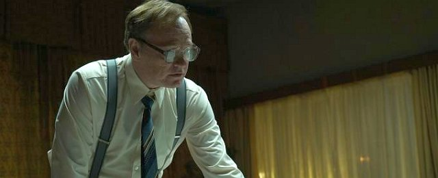 """2019 war ein Jahr, das zahlreiche exzellente Miniserien hervorgebracht hat. Den sich ändernden Fernsehmärkten sei Dank herrscht kaum ein Mangel an guten Ideen und verfügbaren guten Darstellern, die in wenigen Episoden eine fesselnde Geschichte erzählen können – nun dürfen nur die Sender nicht reinreden und alles auf Massentauglichkeit bürsten. Das fesselnde Geschichtsdrama """"Chernobyl"""" von Sky und HBO ist sicher ein herausragendes Beispiel für eine gelungene Miniserie. Sky"""