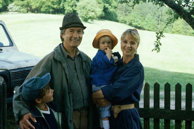 Andrea mit Katharina, Martin und Florian. Im Hintergrund der Wald, in dem sie wenige Folgen später den Tod finden wird. (Bild: ZDF/ndF mbH)