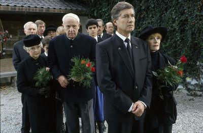 Familie und Freunde folgen Angelikas Sarg vom Forsthaus…(Bild: ZDF/ndF mbH)