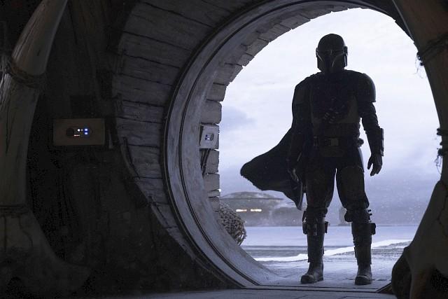 The Mandalorian (Pedro Pascal) mit seinem ersten großen Auftritt – an der Eingangstür einer Bar Lucasfilm