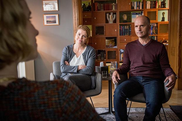 Bei einer Paartherapie kommen die Beziehungsprobleme von Anne und Erik zum Vorschein. ZDF/Martin Rottenkolber