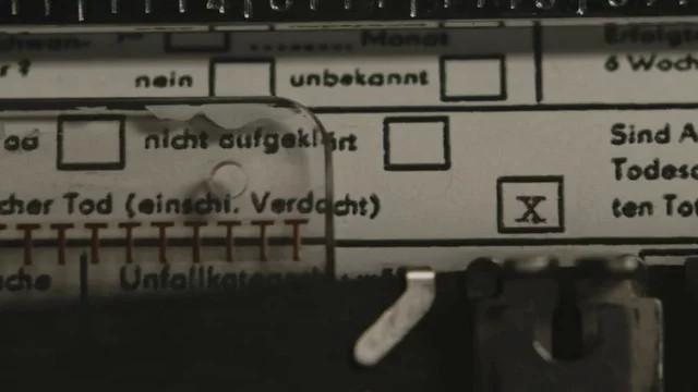 """Alte Technik darf in einem 80er-Jahre-Streifen natürlich nicht fehlen. Punktgenau markiert Albers den Tod des Mädchens mit einer Schreibmaschine als """"nicht natürlich"""". ZDF"""