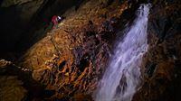 Eine Expedition in der Riesending-Höhle im Berchtesgadener Land erfordert erhebliches bergsteigerisches Können. – Bild: ZDF und Wolfgang Zillig