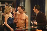 Lyndsey (Courtney Thorne-Smith, l.) scheint sich auf der Privatparty richtig wohl zu fühlen, während der Abend für Alan (Jon Cryer, r.) eine überraschende Wendung mit sich bringt ... – © Warner Brothers Entertainment Inc.