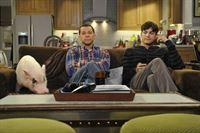 Sind in bester Gesellschaft: Walden (Ashton Kutcher, r.) und Alan (Jon Cryer, l.) ... – © Warner Brothers Entertainment Inc.