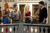 """""""Two and a Half Men"""", """"Mein erstes Mal."""" Walden und Alan haben vor, sich einfach nur gut zu amüsieren. Zusammen mit Jenny halten die beiden in einer Bar nach attraktiven Frauen Ausschau - tatsächlich mit Erfolg. Zwei illustre Damen beißen zu später Stunde an und gemeinsam vereinbaren die Vier am nächsten Abend ein Wiedersehen. Ihre Verabredung beginnt gerade Fahrt aufzunehmen, da steht plötzlich Alans Ex-Freundin Lindsay in der Tür. Sie ist schwer betrunken.Im Bild (v.li.): Madison Dylan (Laurie), Jon Cryer (Alan Harper), Spencer Locke (Heather), Ashton Kutcher (Walden Schmidt). – © ORF eins"""