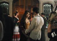 Elena (Nina Dobrev, l.) geht mit Damon (Ian Somerhalder, r.) auf den historischen Ball in Whitmore, wo sie eine verstörende Nachricht erhält ... – © Warner Brothers