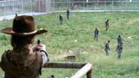 Carl (Chandler Riggs) hat die Zombies fest im Blick... – © RTL II