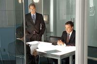 (v.li.): Neal Caffrey (Matthew Bomer), Agent Kramer (Beau Bridges) und Peter Burke (Tim DeKay) – © RTL